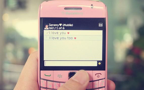 sms romantico imagem de celular 570x355 Frases para sms Românticas