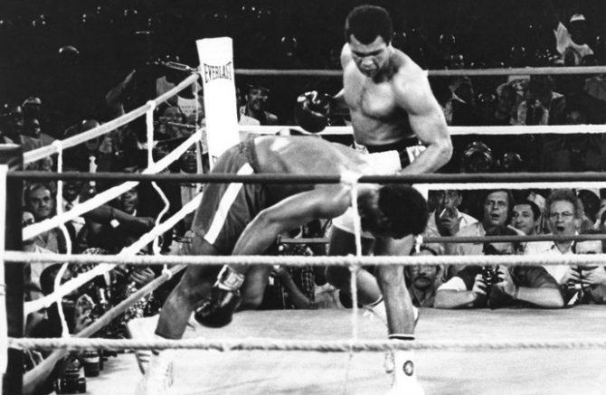 Ali nocauteia George Foreman e vence a Luta do Século (Foto: Agência AP)