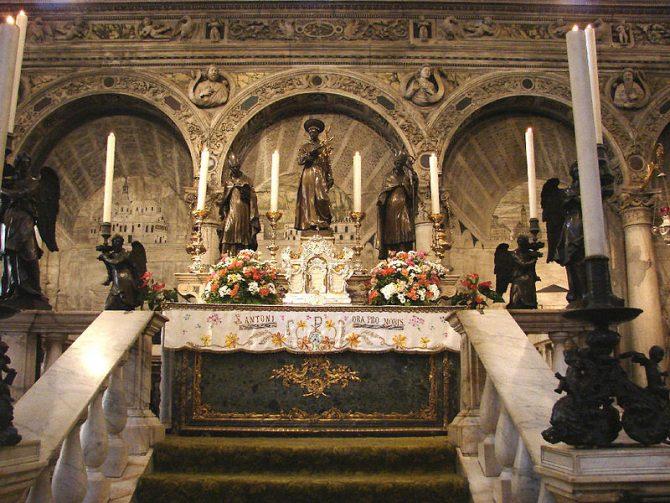 Foto Reprodução Tumba e altar do santo na sua basílica de Pádua