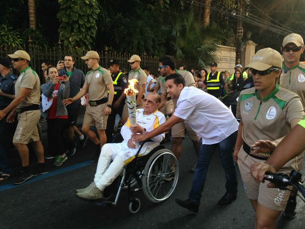 Foto/Reprodução Ivo Pitanguy conduzindo a Tocha Olímpica no Rio de Janeiro