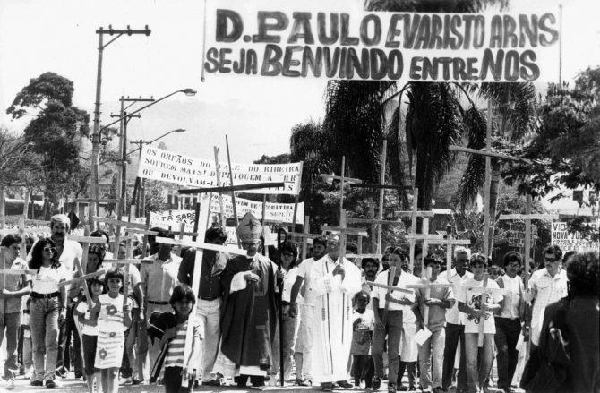 Dom Frei Paulo Evaristo Arns, arcebispo de São Paulo, visita a região do Vale do Ribeira em 1989 (Foto: Lena Vettorazzo/Estadão Conteúdo/Arquivo)