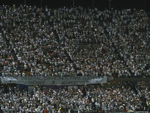 Fãs do Atlético Nacional fazem homenagem às vítimas da tragédia com o voo da Chapecoense, no estádio Atanasio Girardot, em Medellín, na Colômbia (Foto: AP Photo/Fernando Vergara)